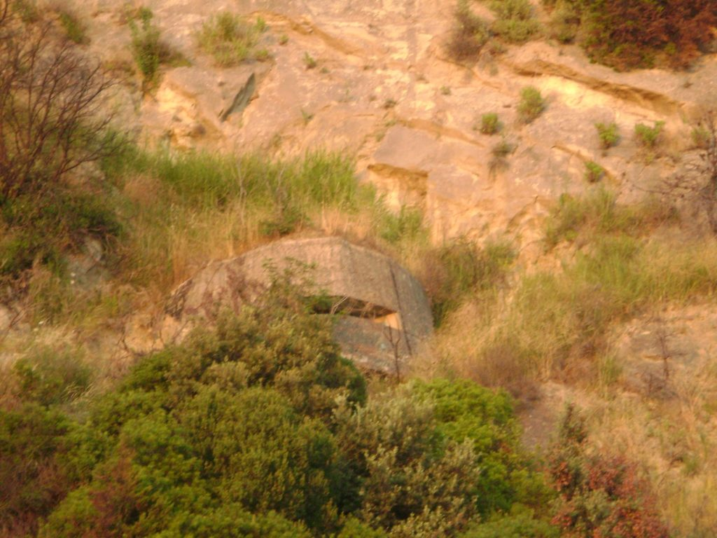Один из бункеров недалеко от нашего отеля в Дурресе