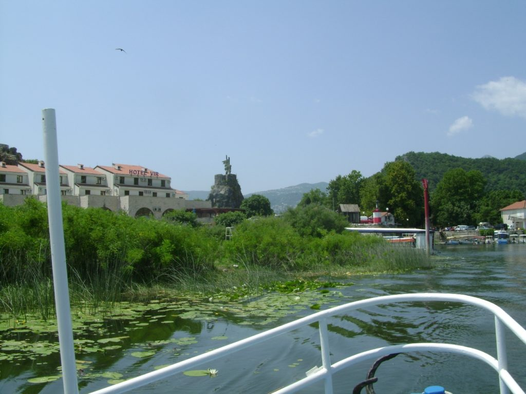 Вид на город Шкодер и Скадарское озеро