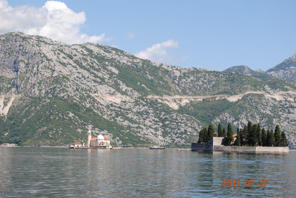 Остров Богородицы на Рифе (слева) и остров Св. Георгия