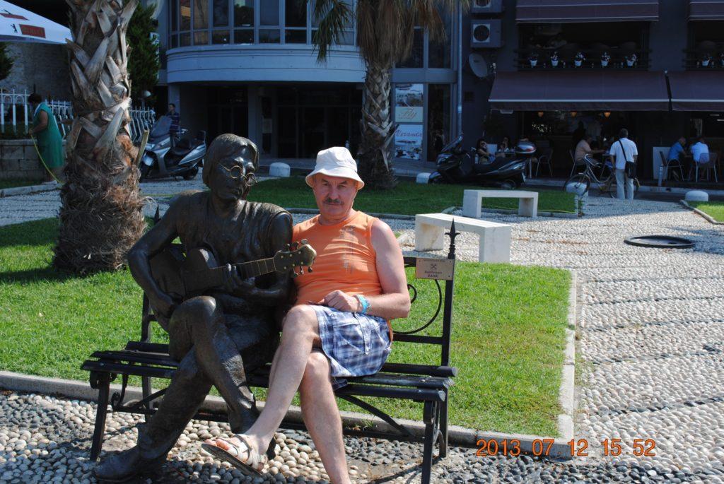 Памятник Джону Леннону в Дурресе