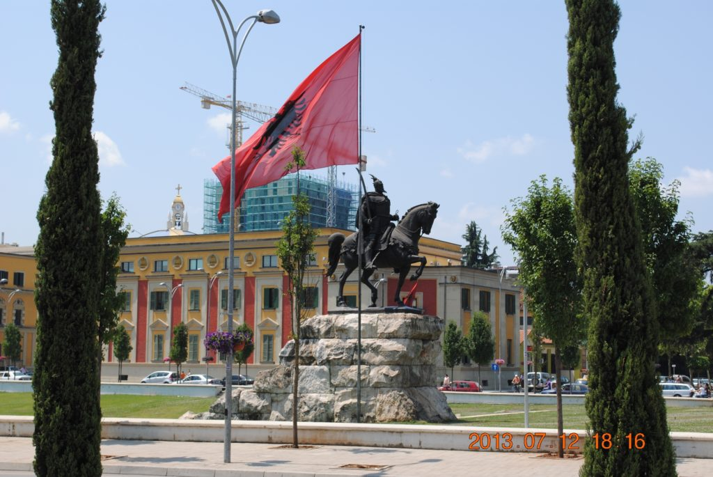 Памятник Скандербегу на площади Тираны