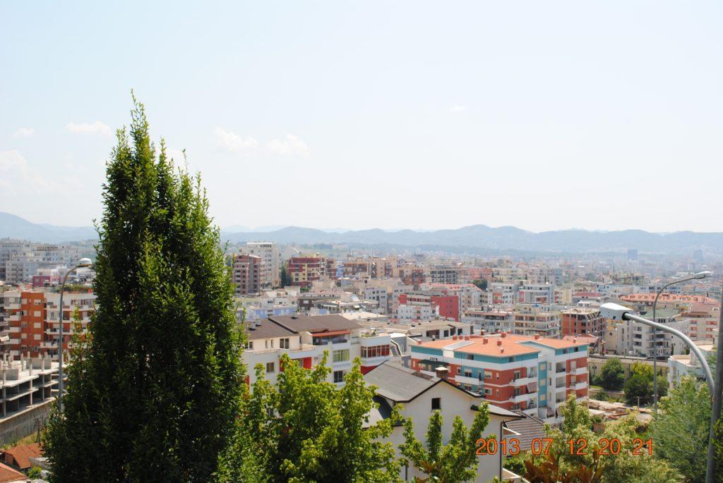 Вид на албанскую столицу с горы Дайти