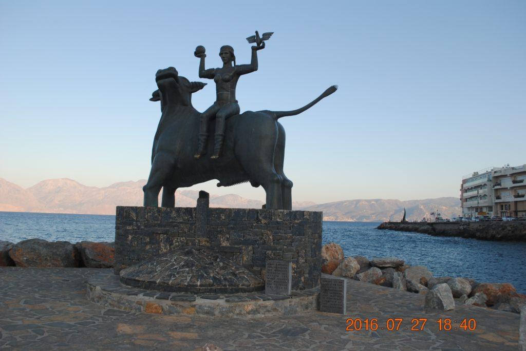 Скульптура Похищение Европы в порту Агиоса Николаоса