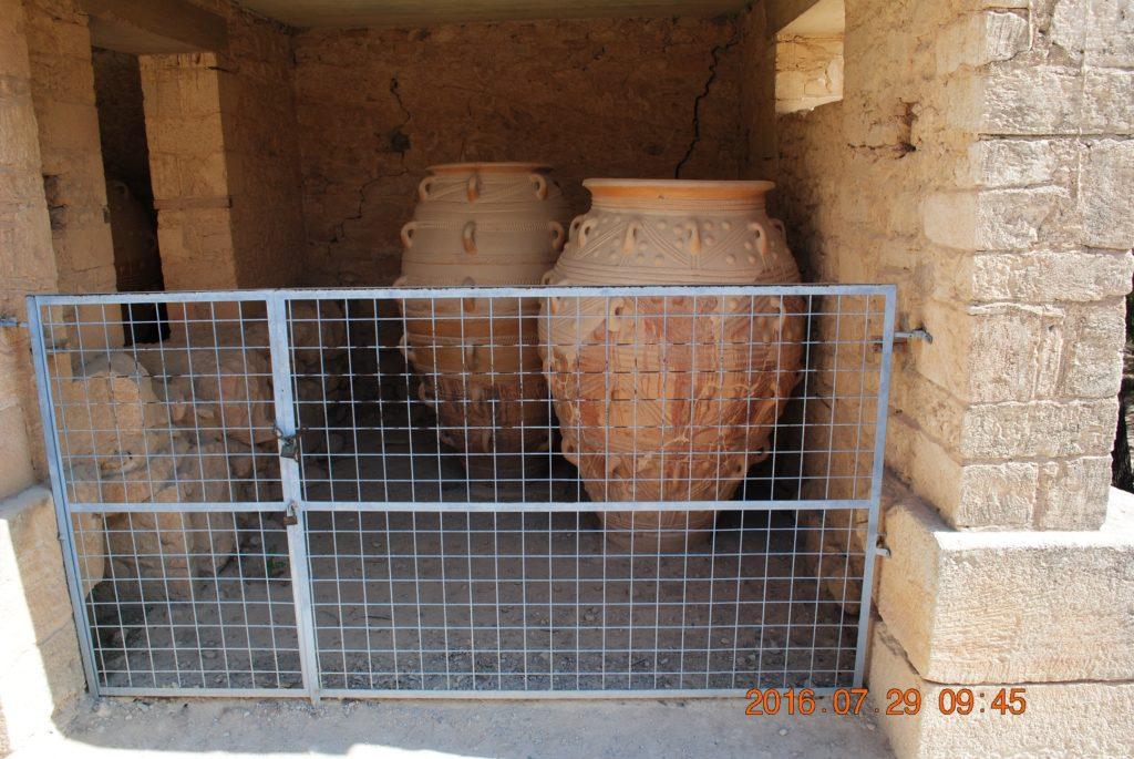 В таких кувшинах минойцы хранили оливковое масло, мёд и …драгоценности