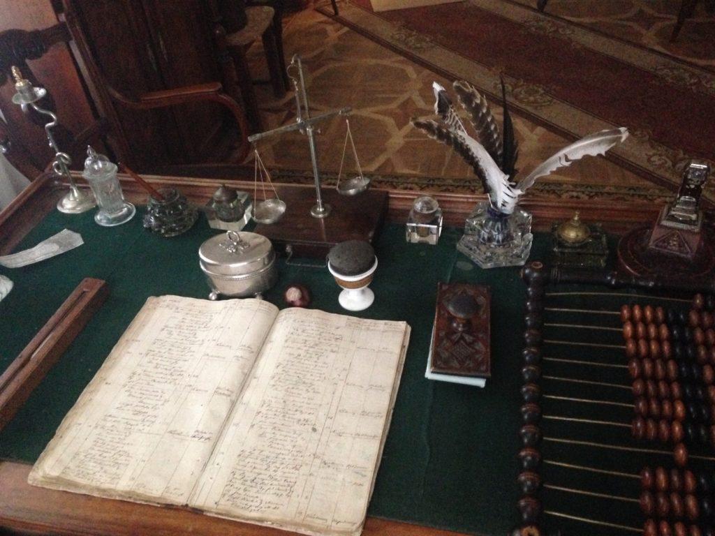 Робочий стіл лікаря з унікальними експонатами