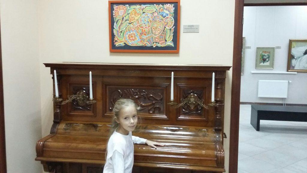 Тут навіть можна пограти на піаніно…