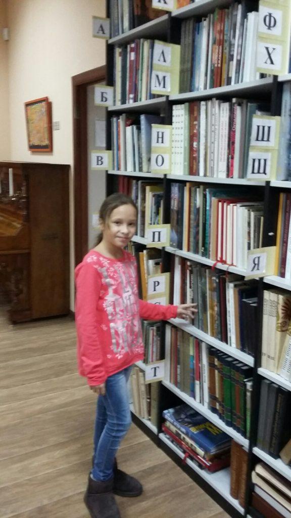 У бібліотеці біля книжок цікаво і дітям, і дорослим…